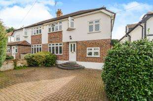 3 Bedrooms Semi Detached House for sale in Tudor Close, Chessington