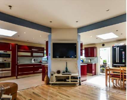 6 Bedrooms Bungalow for sale in Fyfield Road, London E17