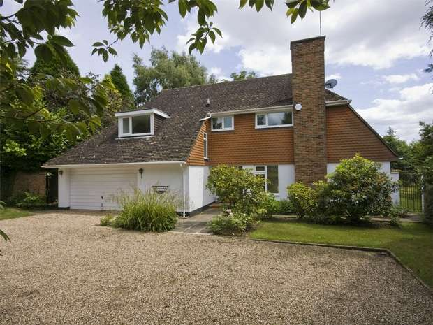 4 Bedrooms Detached House for sale in Hook Heath, Woking, Surrey