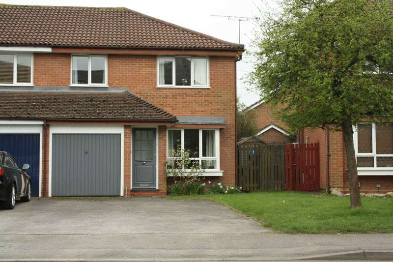3 Bedrooms Semi Detached House for sale in Hurricane Way, Woodley