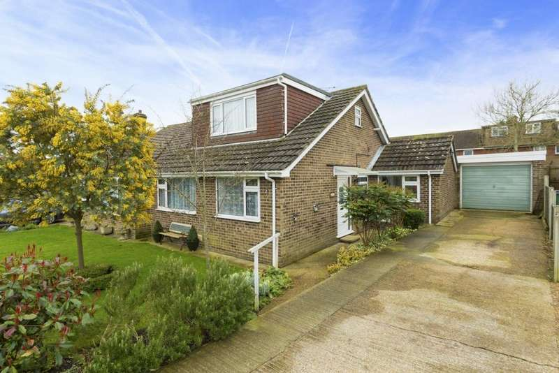 3 Bedrooms Semi Detached House for sale in Fern Close, Hawkinge, CT18