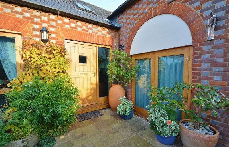 4 Bedrooms Semi Detached House for sale in Dashwood Court, Aston Rowant