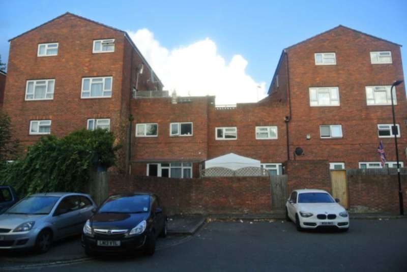 3 Bedrooms Terraced House for sale in Priors Field, Northolt