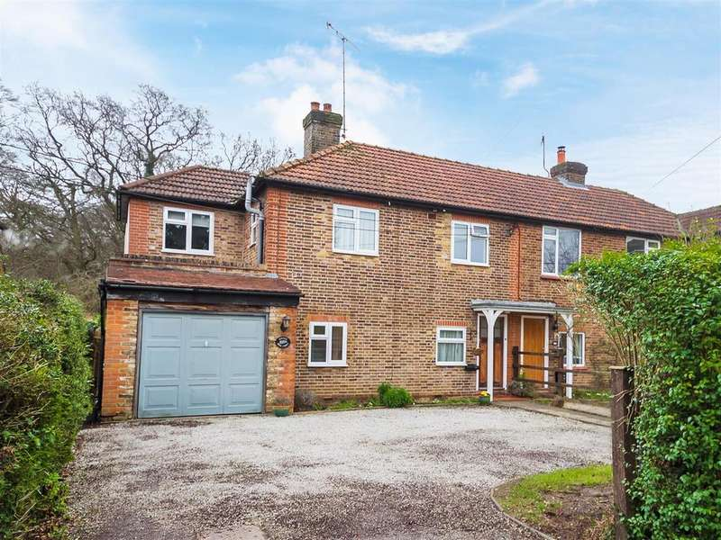 4 Bedrooms Semi Detached House for sale in Fennels Way, Flackwell Heath