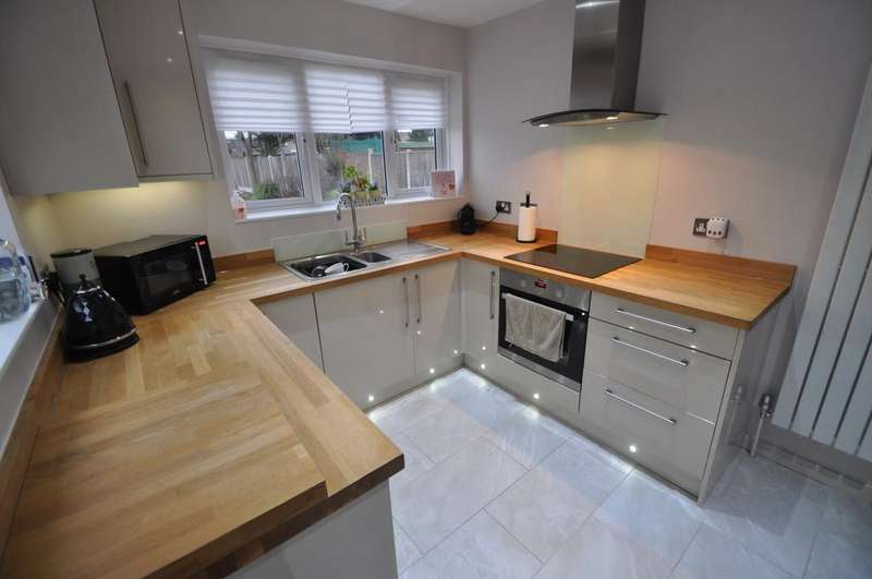 2 Bedrooms Semi Detached Bungalow for sale in Kimberley Road, Benfleet