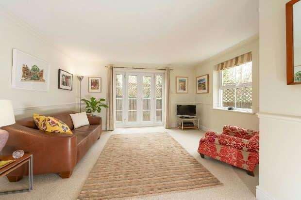 2 Bedrooms Flat for sale in Parkgate Mews, Highgate, N6