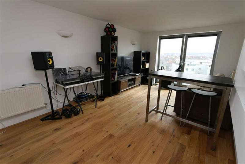 2 Bedrooms Flat for sale in Tideslea Path, West Thamesmead, London, SE28
