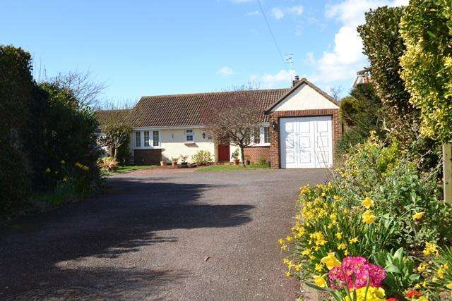 2 Bedrooms Detached Bungalow for sale in Ocean Drive, Ferring, BN12 5QP