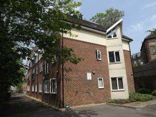 2 Bedrooms Flat for sale in St. Lukes Road, Whyteleafe, Surrey