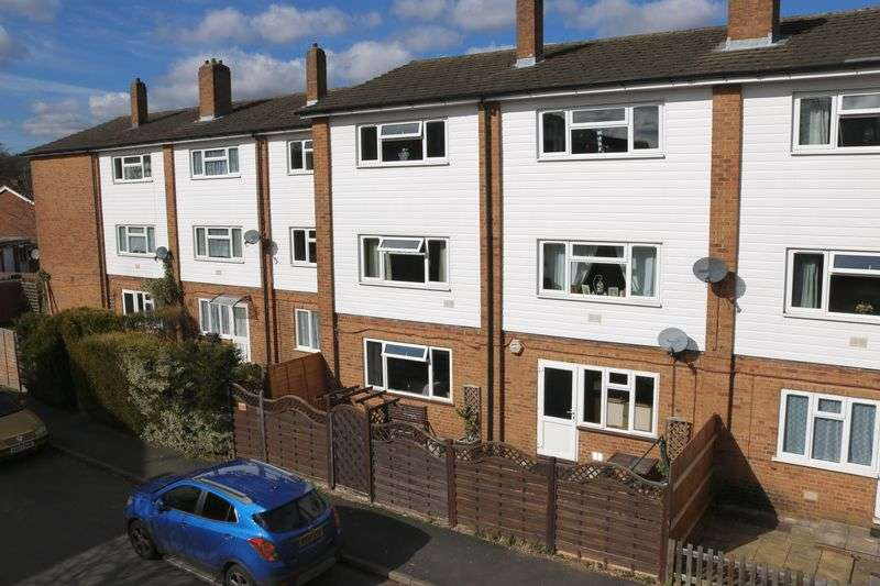 2 Bedrooms Flat for sale in Farncombe - GROUND FLOOR MAISONETTE WITH PRIVATE GARDEN.