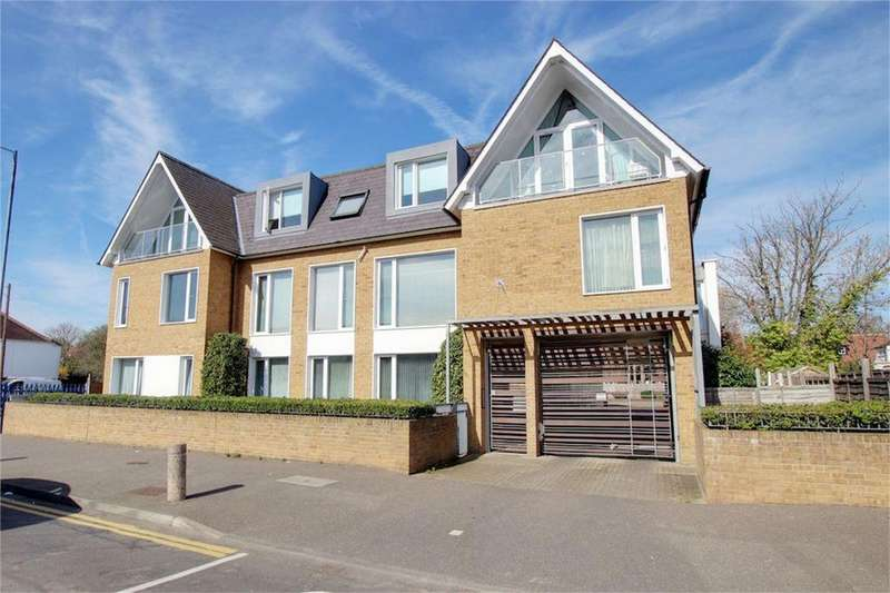 3 Bedrooms Flat for sale in Valley Lodge, Valley Hill, Loughton, Essex