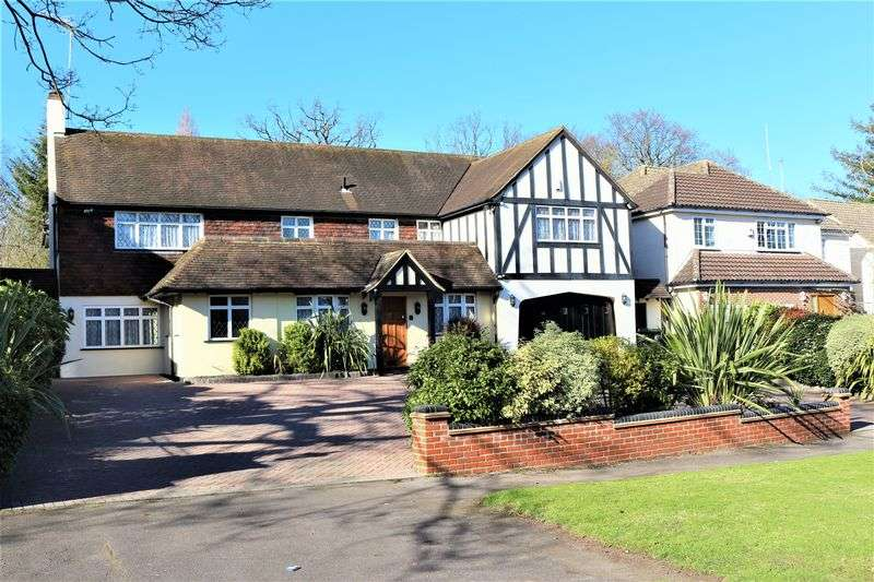 5 Bedrooms Detached House for sale in Stradbroke Drive, Chigwell