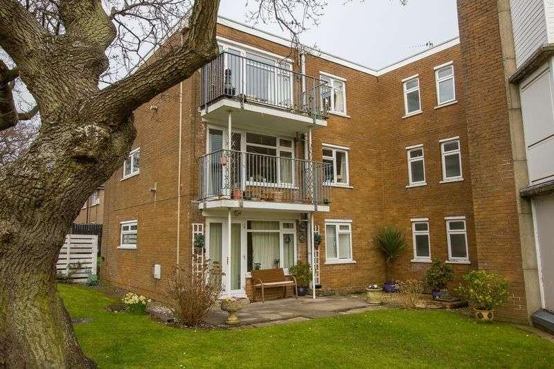 2 Bedrooms Flat for sale in Salisbury Close, Penarth