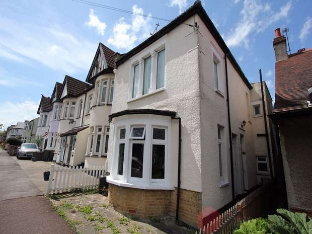 1 Bedroom Flat for sale in 79 Lord Roberts Avenue, LEIGH-ON-SEA, Essex