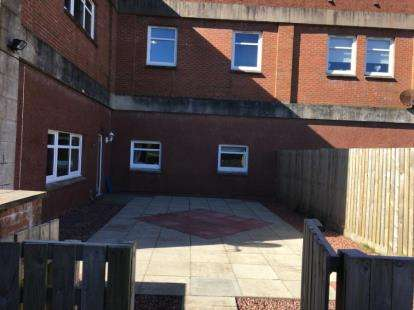2 Bedrooms Flat for sale in Broadside Court, Denny