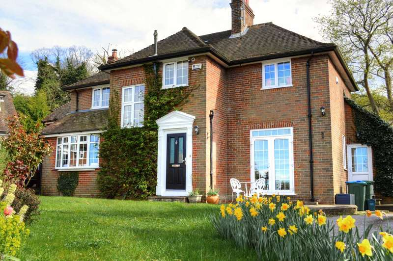 4 Bedrooms Detached House for sale in The Close, Halton