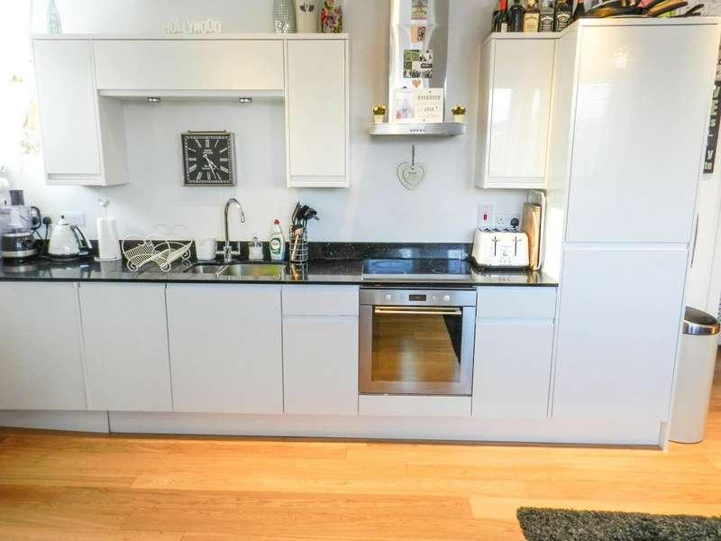 2 Bedrooms Flat for sale in Leben Court, Sutton Court Road, Sutton