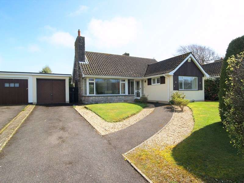 2 Bedrooms Detached Bungalow for sale in Colemere Gardens, Highcliffe, Christchurch