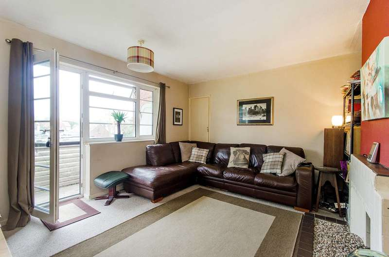 3 Bedrooms Flat for sale in Garden Close, Ruislip, HA4