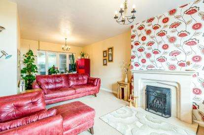 3 Bedrooms Semi Detached House for sale in Edgehill Road, Northampton, Northamptonshire