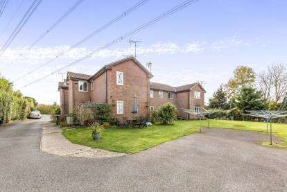 2 Bedrooms Flat for sale in London Road, Waterlooville, Hampshire