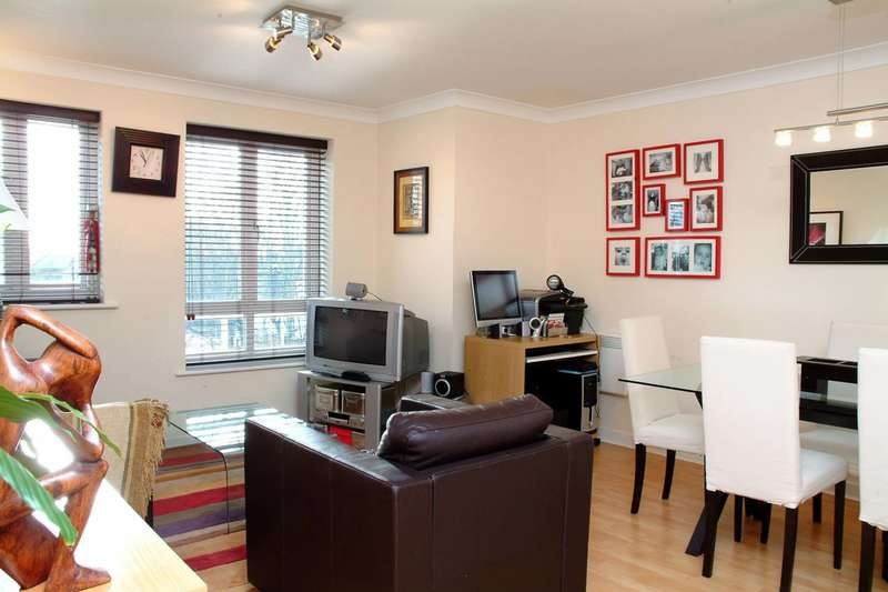 2 Bedrooms Flat for sale in Dominion Close, Isleworth, TW3