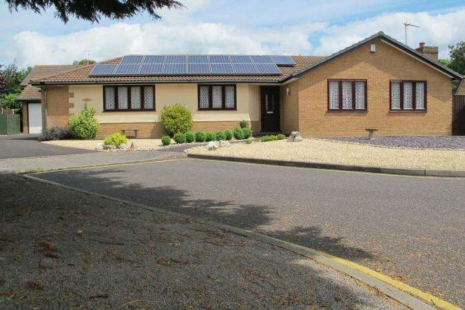 3 Bedrooms Bungalow for sale in Vine Farm Road, Talbot Village