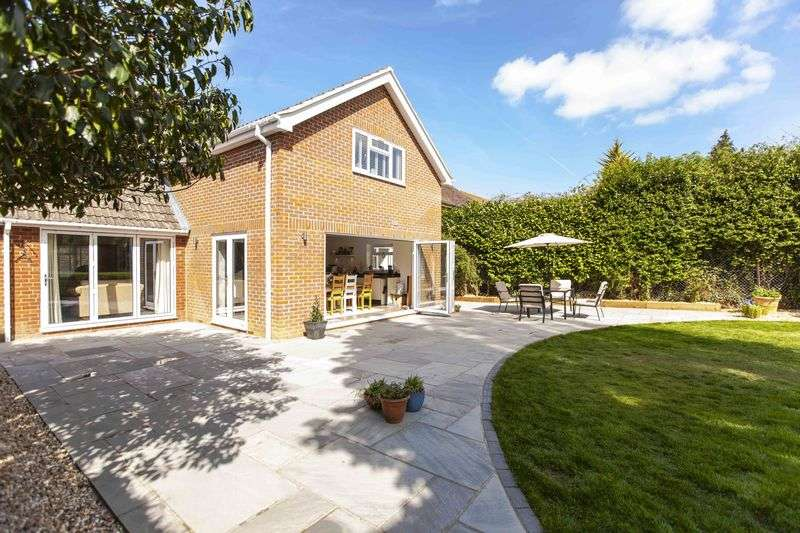 4 Bedrooms Detached House for sale in Reading Road, Chineham, Basingstoke