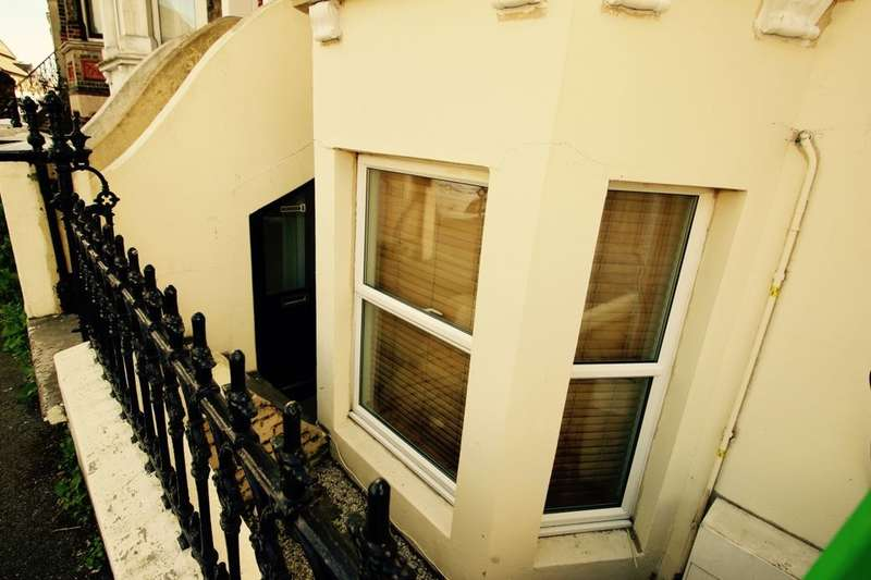 1 Bedroom Flat for sale in Broadway, Sheerness, ME12