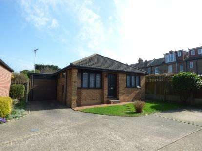2 Bedrooms Bungalow for sale in Kingsway, Westcliff-on-Sea, Essex