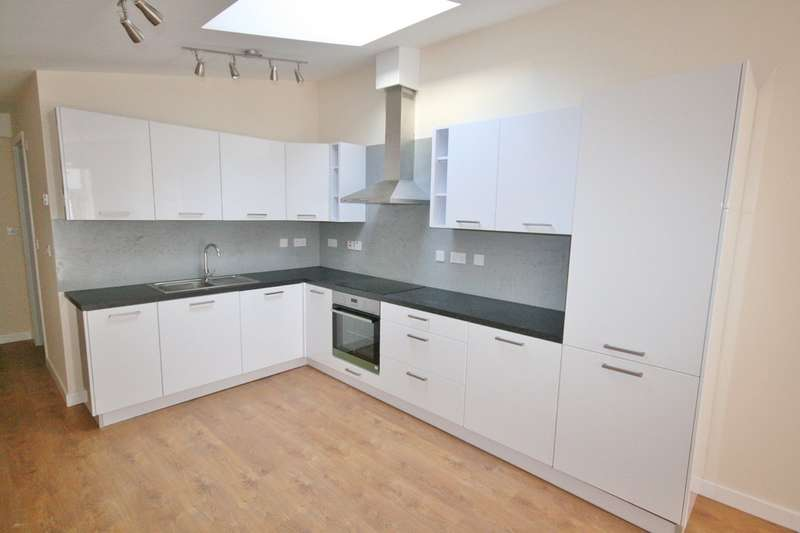 2 Bedrooms Ground Maisonette Flat for sale in Pill Street, Penarth, Vale of Glamorgan. CF64 2JS