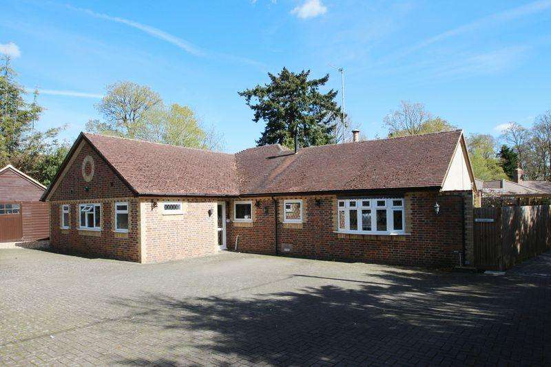 4 Bedrooms Detached Bungalow for sale in The Drive, Ifold