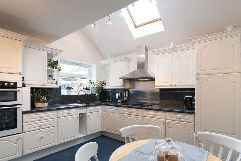 4 Bedrooms Detached Bungalow for sale in Whitnash Road, Whitnash