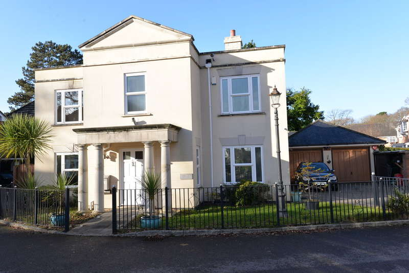 4 Bedrooms Detached House for sale in The Ostlers, Hordle