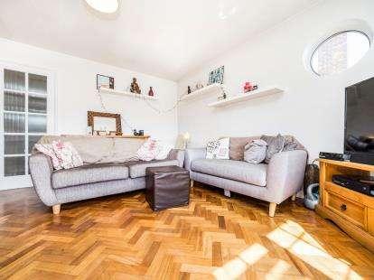 2 Bedrooms Flat for sale in Squirrels Heath Lane, Gidea Park, Romford