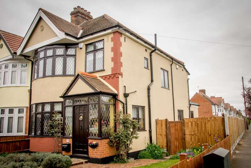 3 Bedrooms Semi Detached House for sale in Melstock Avenue, Upminster, Essex, RM14