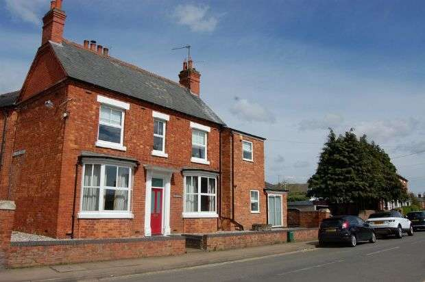 3 Bedrooms Semi Detached House for sale in East Street, Long Buckby, Northampton NN6 7RB