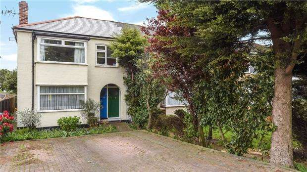 3 Bedrooms Maisonette Flat for sale in London Road, Ashford, Surrey