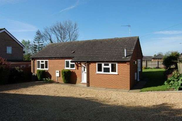 3 Bedrooms Detached Bungalow for sale in East Street, Long Buckby, Northampton NN6 7RA