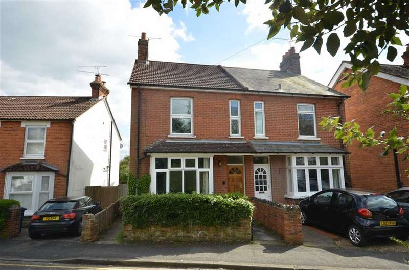 3 Bedrooms Property for sale in Lower South View, Farnham