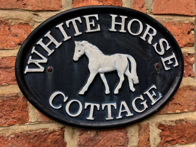 3 Bedrooms Cottage House for sale in White Horse Cottage, Thirkleby Park