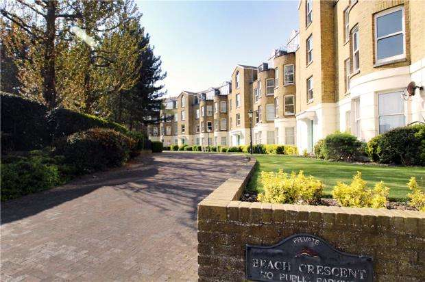 2 Bedrooms Apartment Flat for sale in Beach Crescent, Littlehampton, West Sussex, BN17