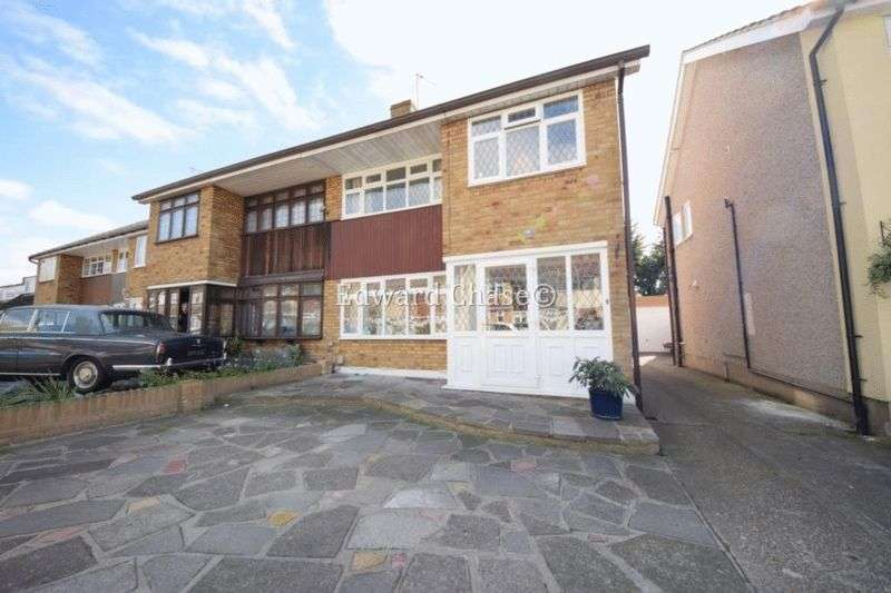 4 Bedrooms Semi Detached House for sale in Denbigh Close, Hornchurch