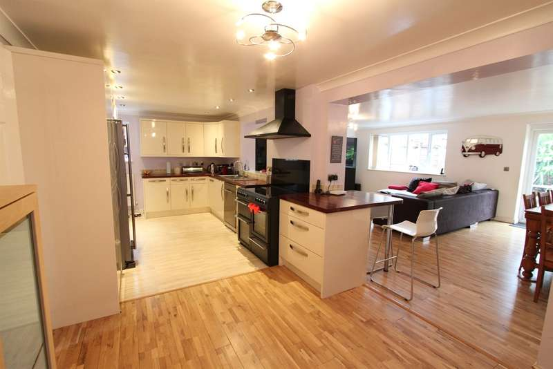 4 Bedrooms Detached House for sale in Oak Tree Drive, Rogerstone, NEWPORT