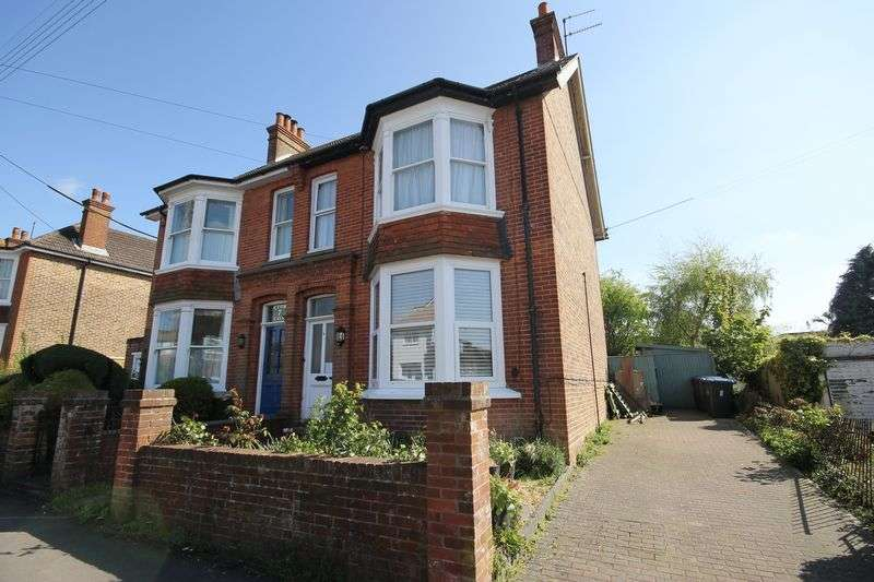 2 Bedrooms Flat for sale in Victoria Close, Burgess Hill, West Sussex