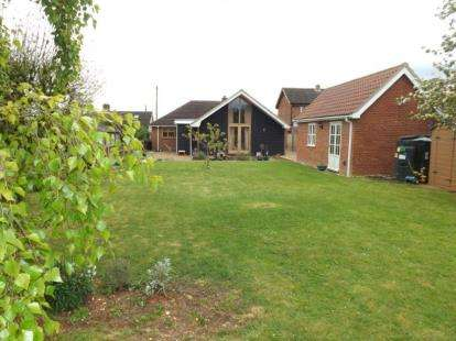 4 Bedrooms Bungalow for sale in Wicklewood, Wymondham, Norfolk