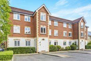 2 Bedrooms Flat for sale in Drew Place, Caterham, Surrey, .