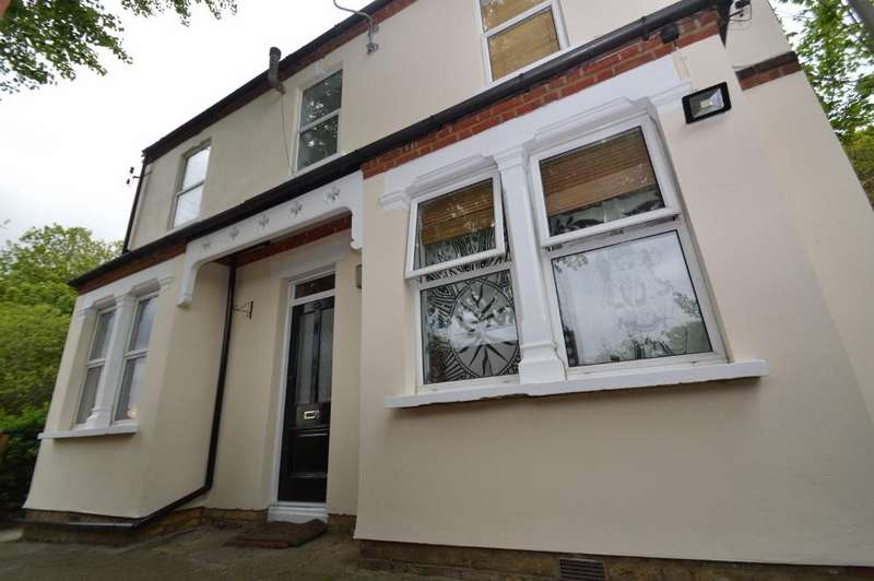 2 Bedrooms Ground Flat for sale in Purrett Road, Plumstead, London SE18