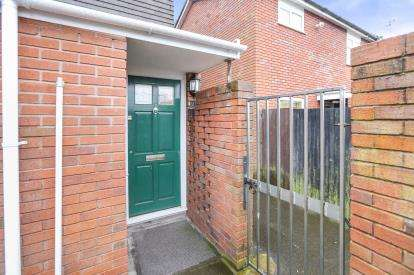 2 Bedrooms Flat for sale in Lulworth Walk, Merryhill, Wolverhampton