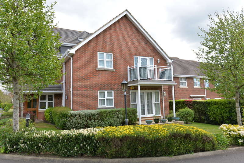 2 Bedrooms Apartment Flat for sale in Bluebell Gardens, New Milton